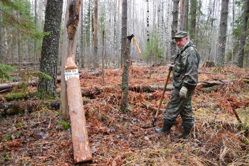 Установка маркировочных столбов С.Е. Шубиным на ППП-81 (ПЛЛ-16). Фото Е.П. Лачоха.