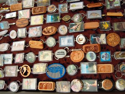 Фрагмент экспозиции сувенирной продукции. В центре - брелок заповедника Нургуш