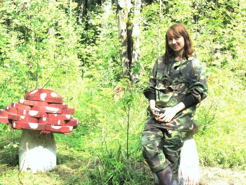 На поляне вырос гриб