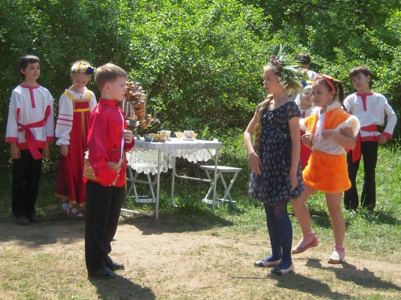 Царица Черника и Лицей естественных наук поздравляют заповедник. Фото Е.М. Тарасовой