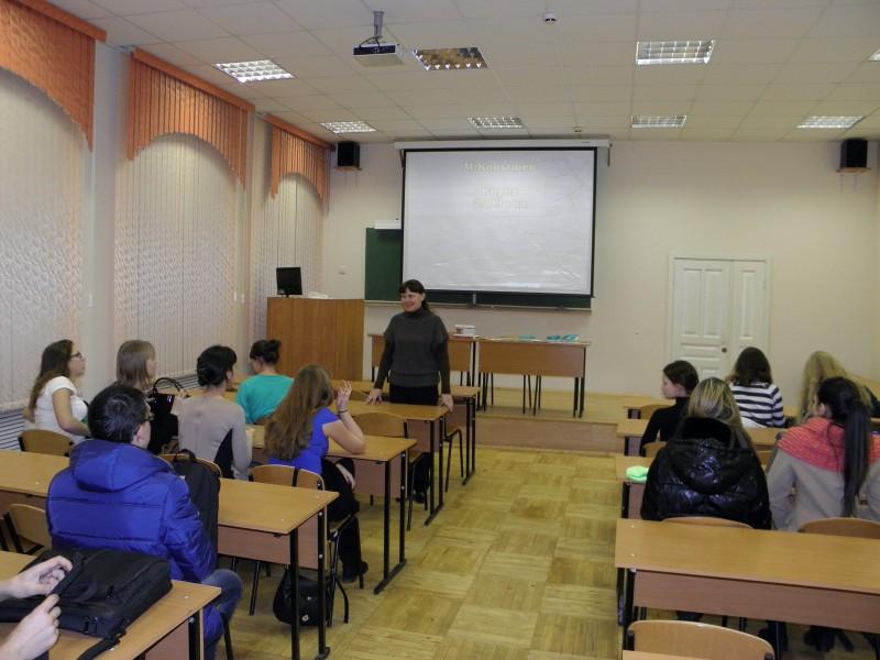 Л.Г. Целищева рассказывает студентам о заповеднике Нургуш_Фото Д. Г. Софронова.