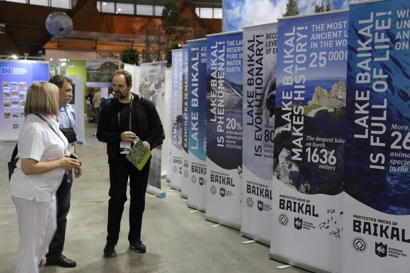 Министр МПР РФ  С.Донской у постеров. Фото В.Сутула