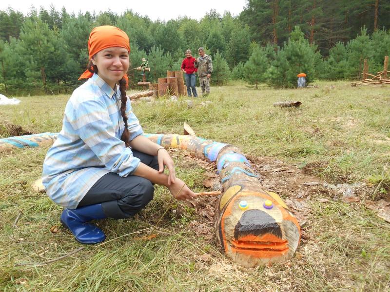 Дарья Бутова (г. Екактеринбург) расписывает змею. Фото Ю.С. Рогожкиной