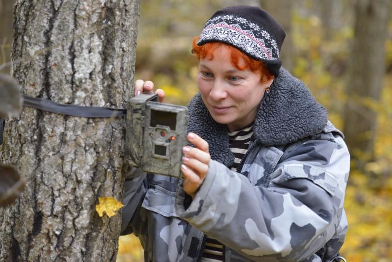1 Наука Елена Ситникова снимает данные с фотоловушки. Фото Николая Шпиленка