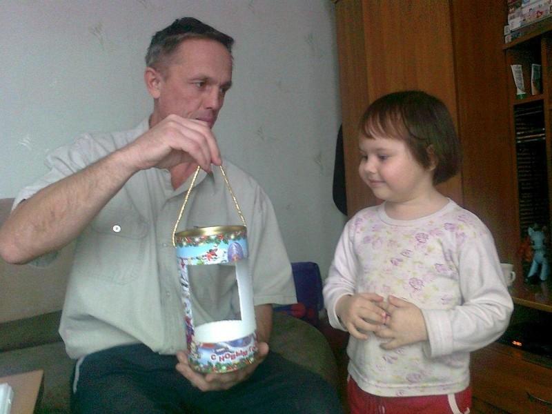 Маурин Сергей и дочка Полина с изготовленной кормушкой. Фото Н. Мауриной