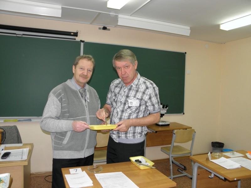 Подготовка практического тура по зоологии. Справа С. Е. Шубин. Фото Л. Г. Целищевой
