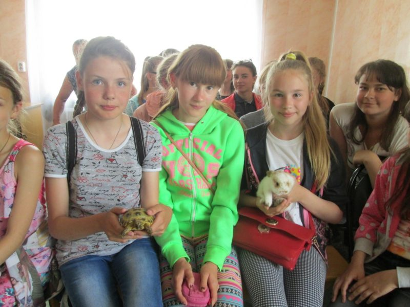 Сёма и Соня знакомятся с школьниками из Нолинска. Фото Ю. С. Ковровой