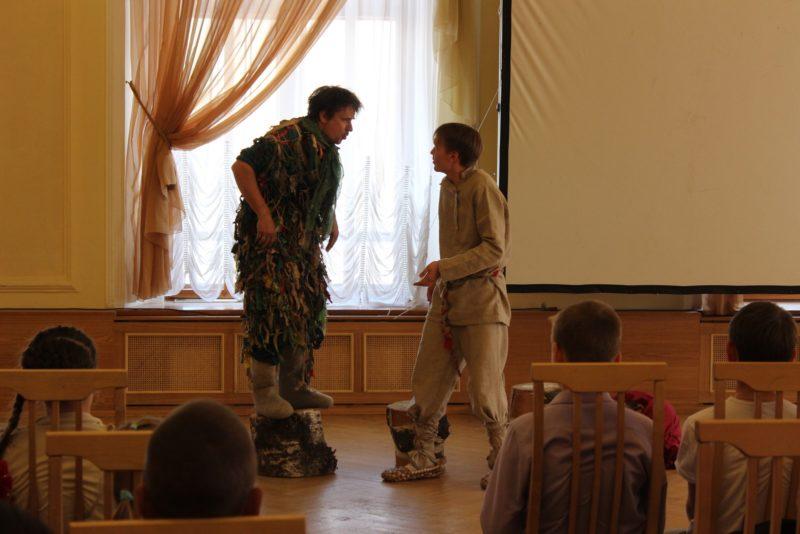 Выступление театра книги Зурбаган. Фото Л. Б. Курочкиной