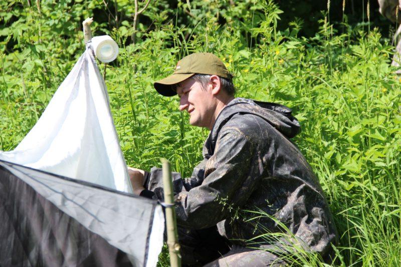 Ведущий научный сотрудник С. В. Пестов у ловушки Малеза. Фото Е. В. Князевой