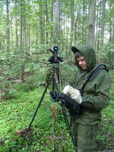 Главный специалист В. С. Ведерников определеляет объём ствола дерева. Фото М. Ю. Кузьминых