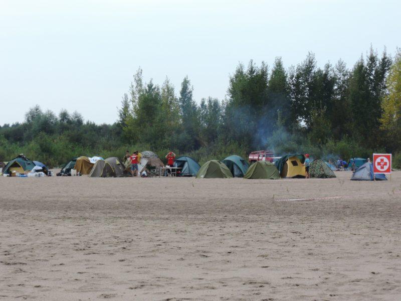 Лагерь участников турнира на берегу р. Вятки. Фото Е. М. Тарасовой