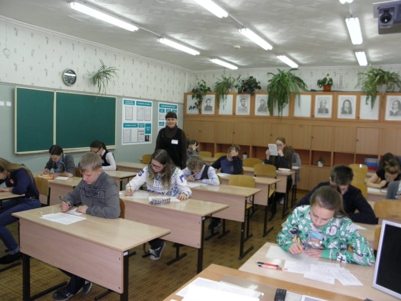 Л.Г. Целищева на городской олимпиаде по биологии. Фото С. Е. Шубина