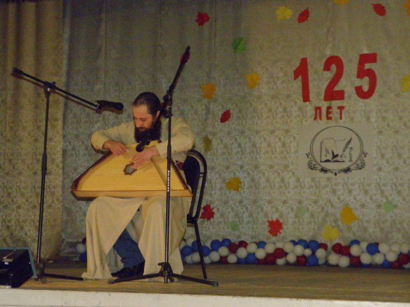 Отец Евгений исполнил песню О полку Игореве. Фото Л. Г. Целищевой