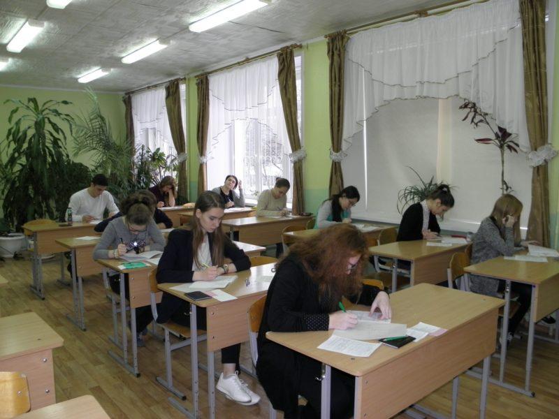 Учащиеся 11 класса на городской олимпиаде по биологии. Фото Л.Г. Целищевой