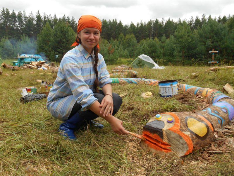 Дарья Бутова за преображением экотропы Заячья поляна. Фото Ю. С. Ковровой