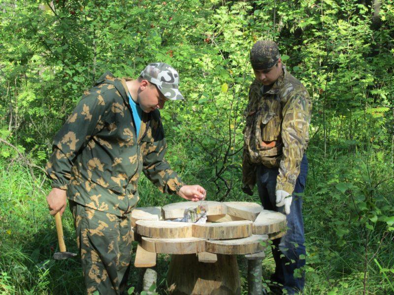 Николай Ковров и Максим Ситников за изготовлением грибной поляны. Фото Ю. С. Ковровой