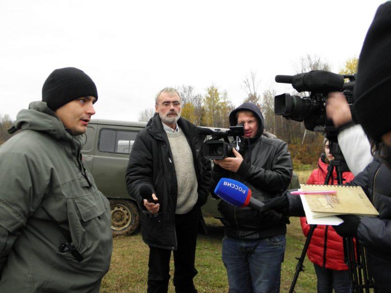 Н.А. Ожегов рассказывает корреспондентам о работе отдела охраны. Фото Л.Г. Целищевой
