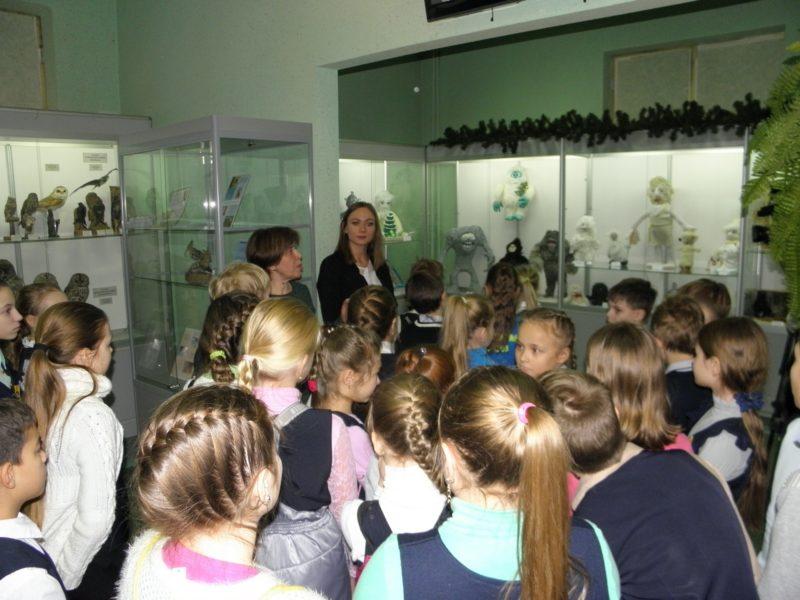 Ю. С. Коврова рассказывает о выставке. Фото Л. Г. Целищевой