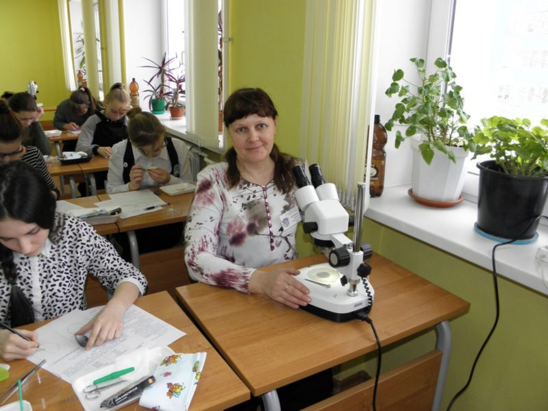За проверкой препарата Л.Г.Целищева. Фото С.Е. Шубина