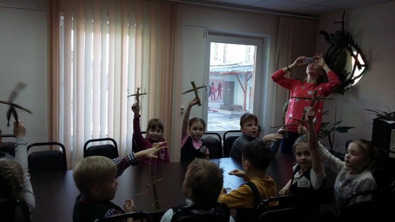 Ребята со своими куклами. Фото В. Кирина