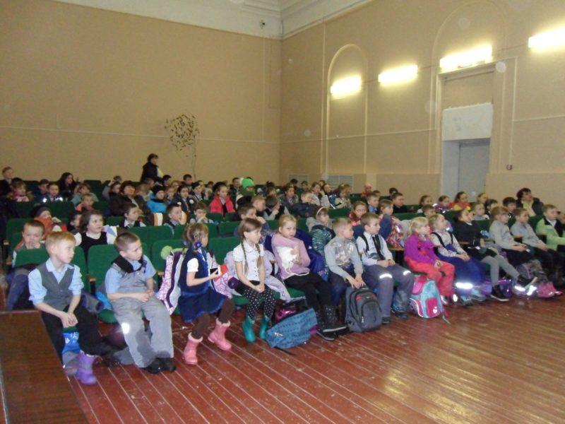Учащиеся 1-6 классов Кстининской школы на встрече. Фото Л.А. Абакумовой