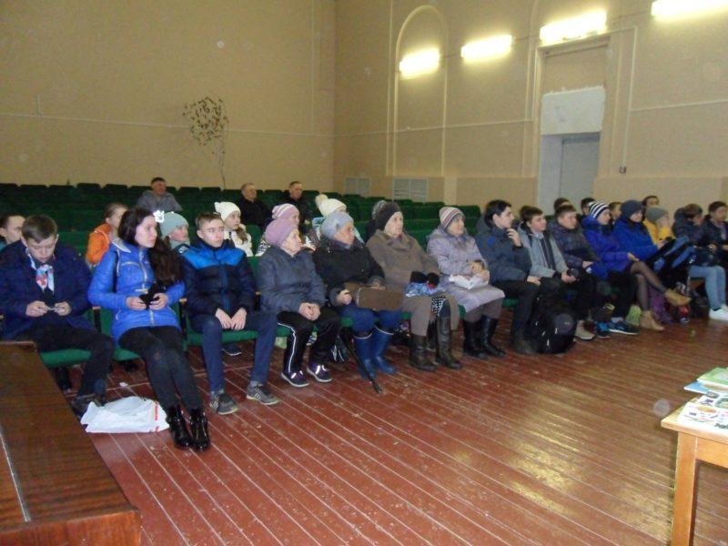 Учащиеся 7-8 классов и жители села Кстинино. Фото Л.А. Абакумовой