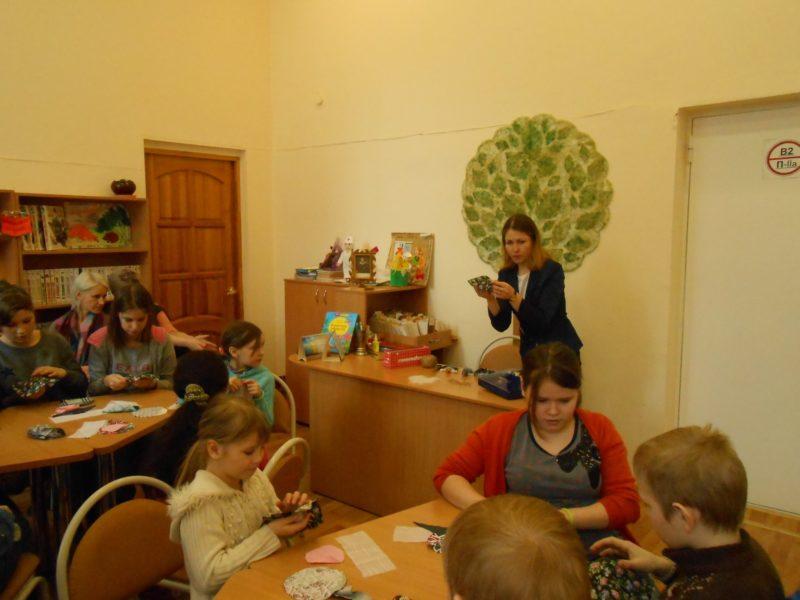 М. Н. Владыкина проводит мастер-класс. Фото сотрудников библиотеки
