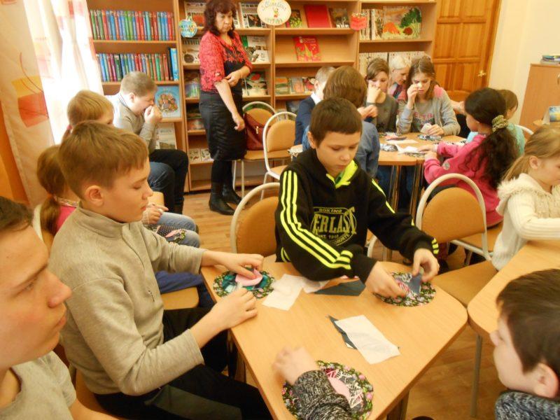 Ребята за изготовлением куклы. Фото сотрудников библиотеки