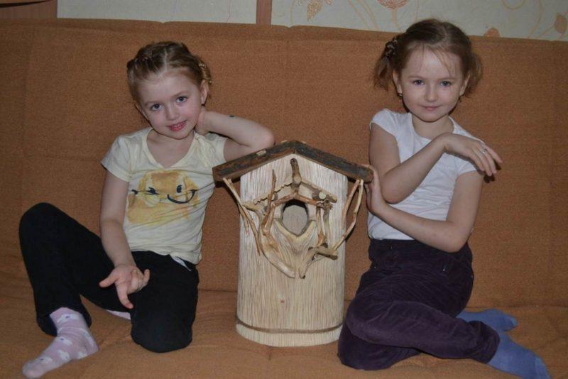 Бетехтина Алиса и Елизавета с  дуплянкой-дворцом МКДОУ №6