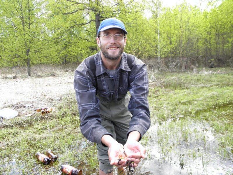 Дядичко В.Г. за исследованием водных жуков. Фото Л.Г. Целищевой