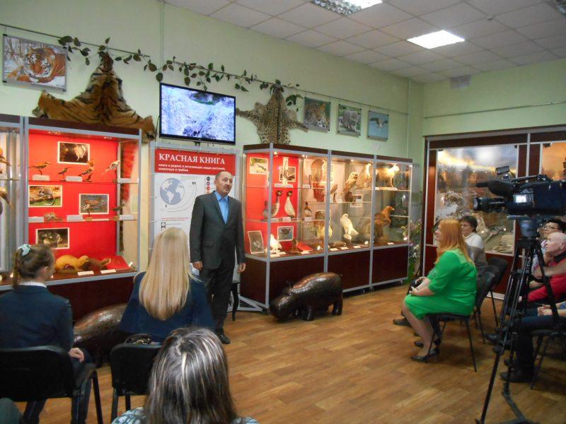Сотников В.Н. рассказывает о выставке. Фото И.С. Пенкиной