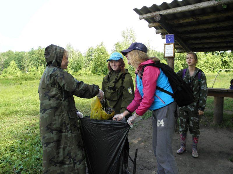 Студенты-экологи за сбором мусора на берегу оз. Старица. Фото Л.Г. Целищевой