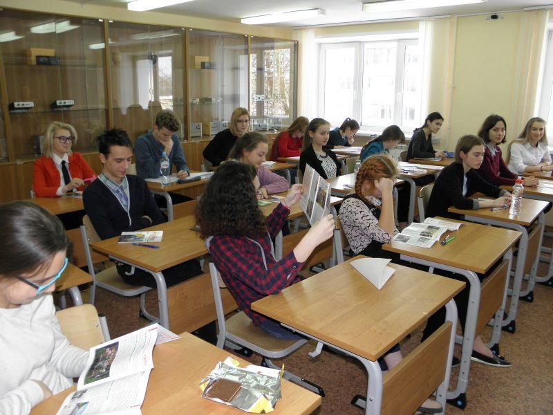 Участники олимпиады после теоретического тура читают газету заповедника Нургуш. Фото Л.Г. Целищевой