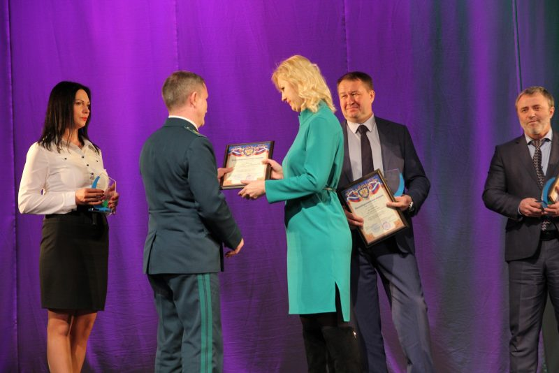 И.С. Пенкиной вручает награду И.М. Гизатуллин. Фото М.Б. Соколова