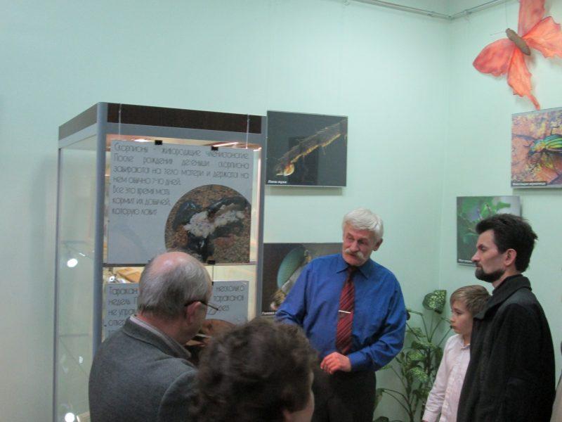 С. П. Решетников проводит экскурсию по своей выставке. Фото Е. В. Рогожниковой