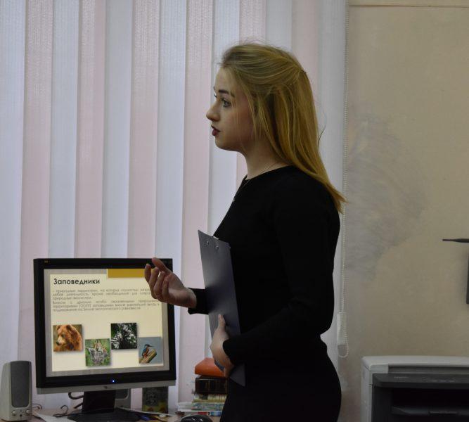 Н.С. Рычкова рассказывает лекцию о заповеднике. Фото Анастасии Семёновой