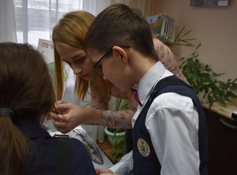 Н.С. Рычква показывает борозки у пера. Фото А.А. Семёновой