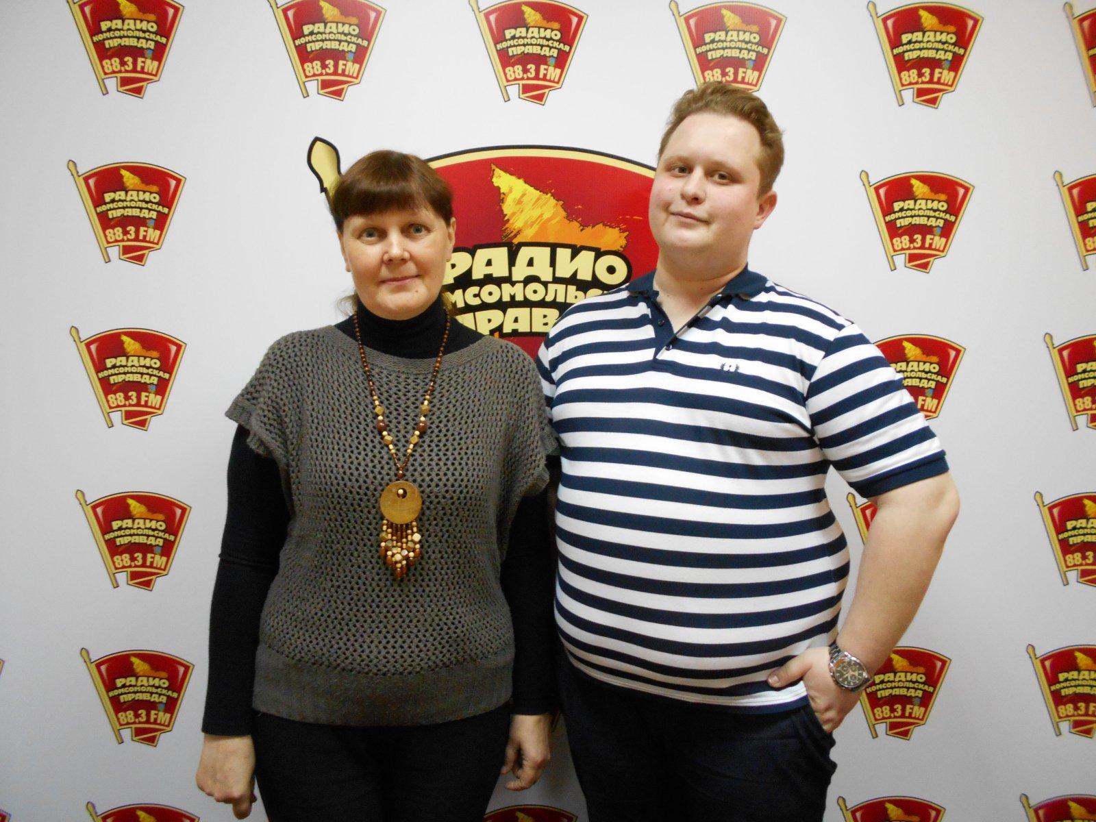 На радио Комсомольская правда В Кирове Л.Г. Целищева и корреспондент А. Чарушин